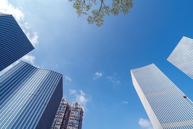 中国、厦門のビジネス地区にある近代的な高層ビル。