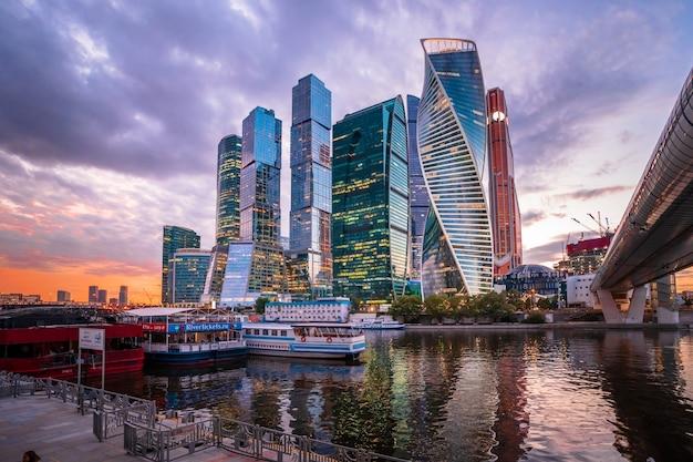 여름, 러시아에서에서 밤 모스크바시의 현대적인 고층 빌딩.