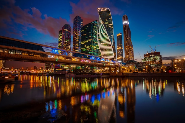 Современные небоскребы города москвы ночью летом, россия.