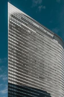 窓のあるモダンな高層ビル
