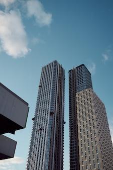 황혼 낮은 각도 보기에서 현대 고층 빌딩