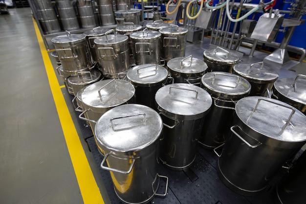 現代の小さなタンクは、ステンレス鋼タンクの工場発酵槽を備えたセラーをクリーム状にします。
