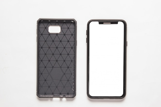現代のスマートフォンと白の保護カバー。上面図