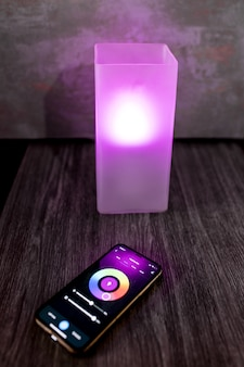 ベッドサイドテーブルに配置された色の選択を備えたモダンなスマートフォン