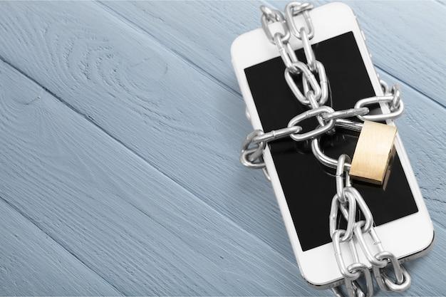Современный смартфон с кодовым замком. концепция безопасности мобильного телефона