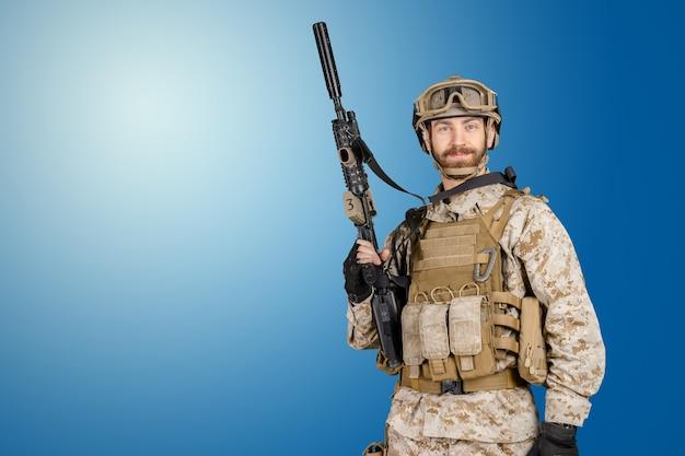 소총을 든 현대 군인