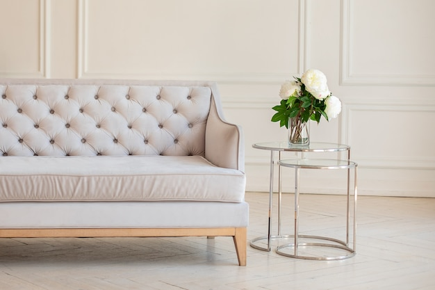 灰色のソファーとコーヒーテーブルとモダンな広々としたミニマルなリビングルームのインテリア
