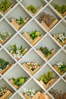 Современный весенний интерьер со встроенным книжным шкафом. роскошная гостиная и дизайн интерьера.