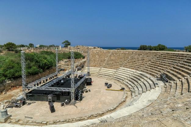 Современная сцена и оборудование на древних руинах амфитеатра в саламине на северном кипре