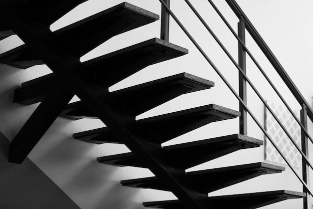 사무실에서 현대 계단