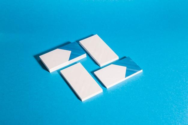 Современный макет канцелярских товаров с четырьмя стопками визитной карточки