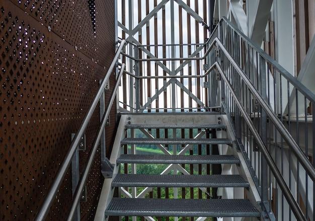 스테인리스 스틸 난간 및 추락 방지 기능이 있는 현대적인 강철 구조.