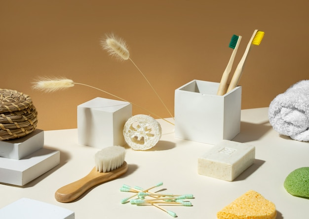 현대 정물입니다. 균형. 아이소메트릭 대각선 투영. 기하학적 콘크리트 흰색 모양과 연단. 제로 폐기물, 베이지색 및 흰색 배경. 친환경적이고 지속 가능한 라이프 스타일. 초현실주의.