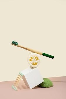현대 정물입니다. 균형. 아이소메트릭 대각선 투영. 기하학적 콘크리트 흰색 모양, 스탠드 및 연단. 제로 웨이스트, 파스텔 핑크와 아이보리 배경. 친환경적이고 지속 가능한 라이프 스타일.