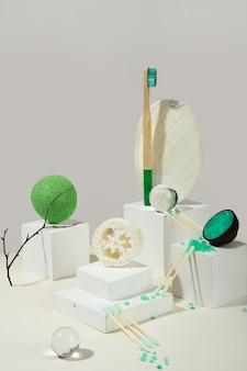 현대 정물입니다. 균형. 아이소메트릭 대각선 투영. 흰색 모양, 스탠드 및 연단. 초현실주의. 제로 웨이스트, 파스텔 화이트 아이보리 배경. 친환경적이고 지속 가능한 라이프 스타일.블루 목욕 소금