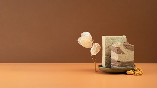 이중 색상 베이지에 코코아와 캐슈로 만든 현대적인 정물 맛있는 동부 달콤한 디저트 할바