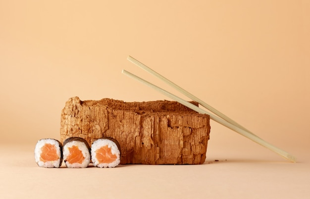Современный натюрморт с суши на фоне пастельных тонов