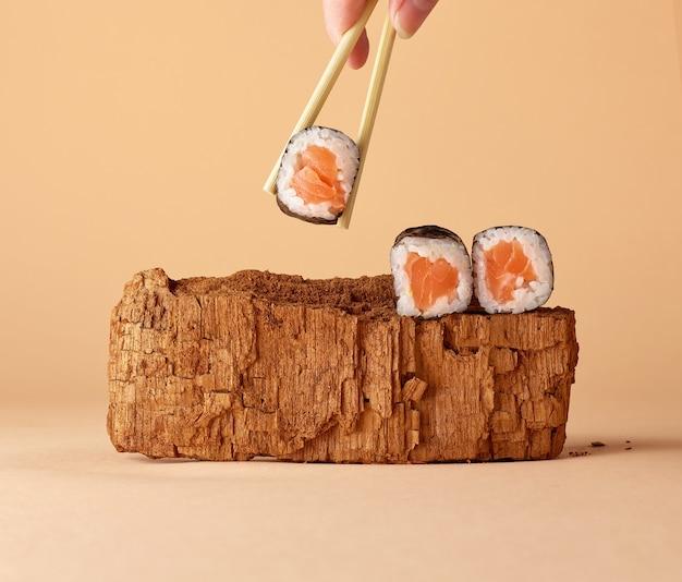 パステルカラーの背景に寿司と現代の静物