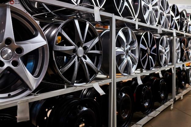 합금 바퀴와 타이어가있는 현대적인 상점, 실내 상점. 자동차 용 디스크, 큰 구색