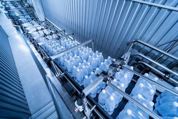 Современная обвязочная и транспортировочная машина для упаковочной линии на заводе по производству напитков
