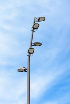푸른 하늘에 led 램프와 현대 가로등