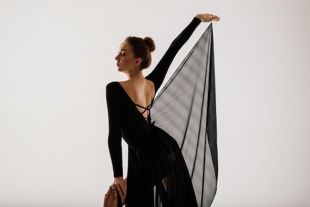 스튜디오 배경에 포즈 현대적인 스타일 발레 댄서