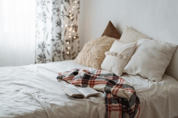 ベッドとオープンブックに枕が付いたモダンなスタイルのベッドルーム。