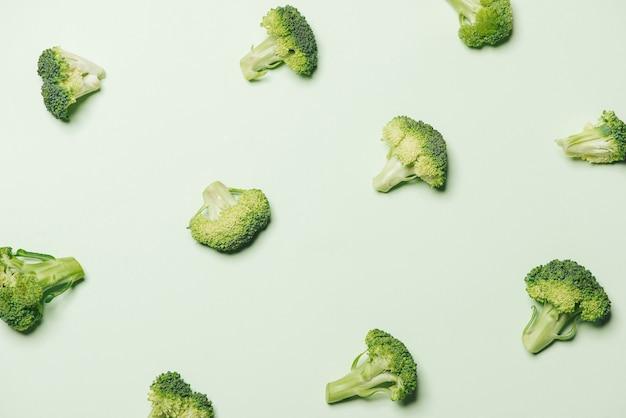 녹색 배경에 고립 된 브로콜리의 현대적인 스타일입니다.