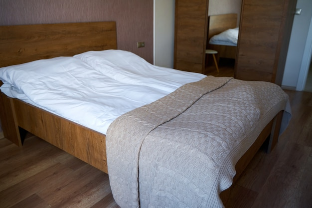 Современный стильный и уютный интерьер спальни с двуспальной кроватью в квартире.