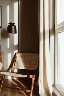 현대적인 세련된 침실 인테리어 디자인 개념. 가구가 비치 된 아늑한 중성 스칸디나비아 황갈색 거실