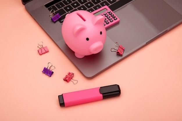 Современное стильное рабочее место для бизнеса и финансов с высокотехнологичным ноутбуком с сенсорным экраном