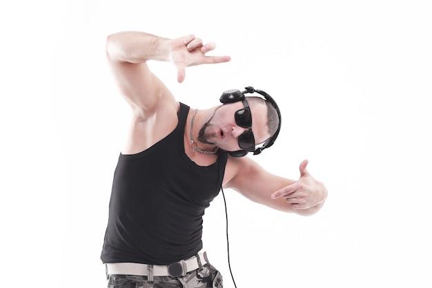 흰색 배경에 고립 된 헤드폰을 사용 하여 음악을 듣고 현대 세련 된 남자