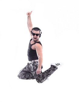 Современный стильный парень, исполняющий брейк-данс. изолированные на белом фоне