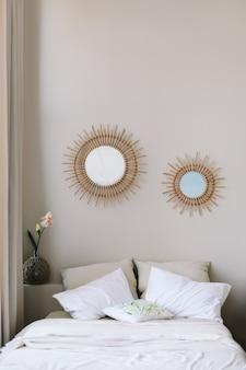 Современный стильный интерьер спальни с кроватью и украшениями в скандинавском стиле