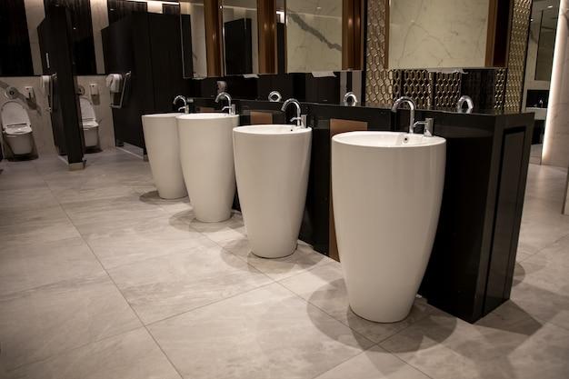 Современный стильный интерьер общественного туалета