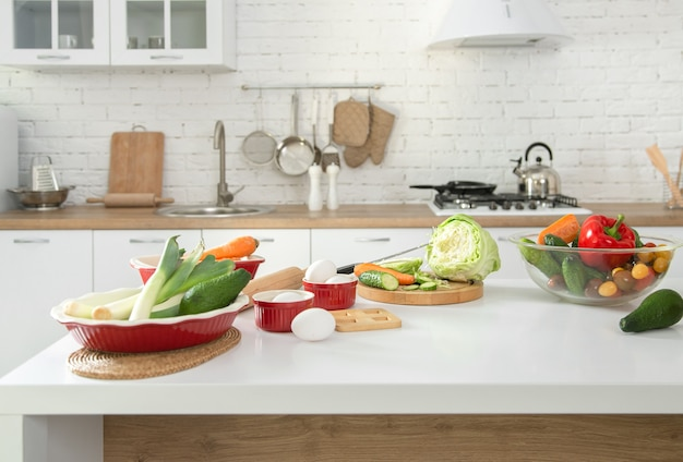 テーブルの上に野菜や果物を置いたモダンでスタイリッシュなキッチンインテリア。