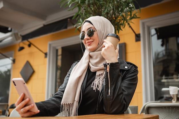 ヒジャーブを着たモダンなスタイリッシュなイスラム教徒の女性