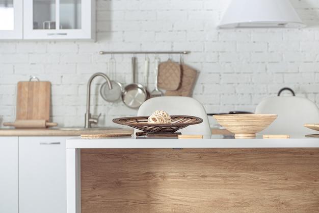Современный стильный скандинавский кухонный интерьер с кухонными принадлежностями.