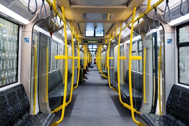 Современное метро. интерьер вагона метро без людей.