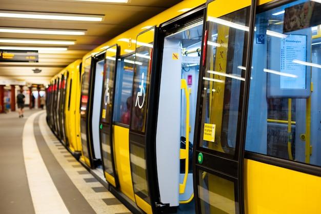 現代の地下鉄。駅の黄色い電車