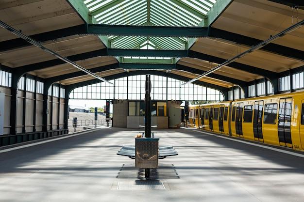 Современное метро. желтый поезд на станции