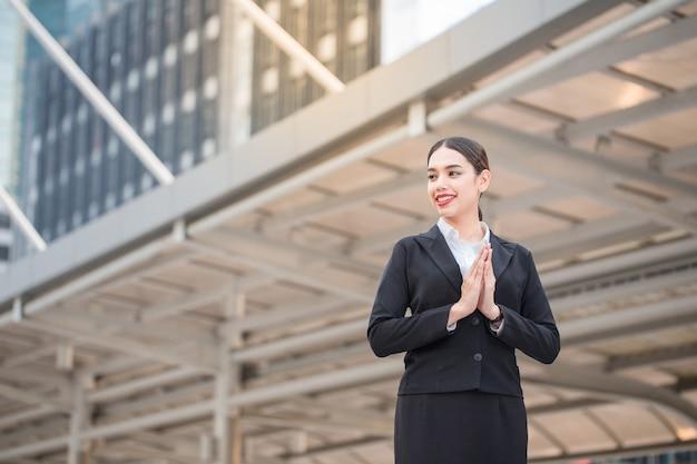 복사 공간이 있는 현대적인 성공적인 웃는 아름다운 행복한 비즈니스 여성