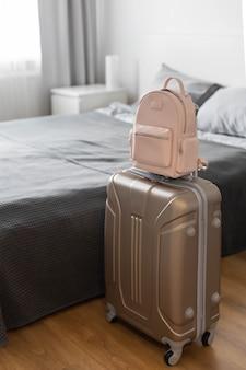 Современный чемодан с вещами, сумочка и соломенная шляпа, чемодан для багажа, готовятся к путешествию