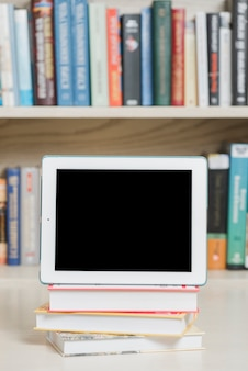Tavoletta moderna e libri in biblioteca