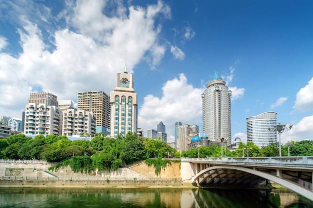 현대적인 고층 건물과 다리, 중국 구이양 시 풍경.
