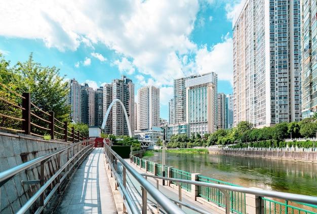 현대적인 고층 건물과 다리, 구이 양 도시 풍경