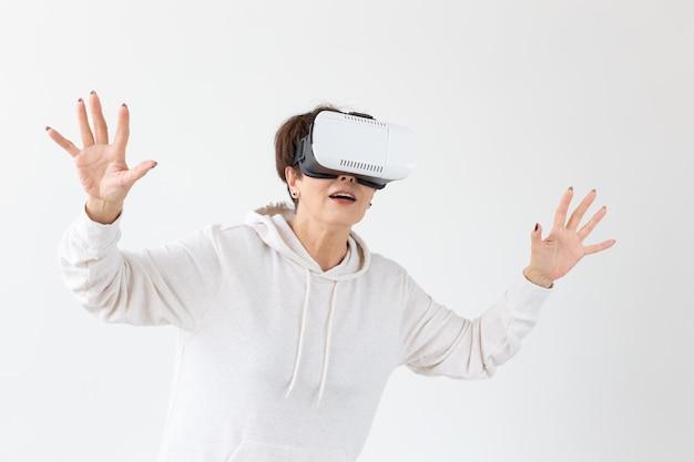 現代の技術の未来と人々はバーチャルリアリティ眼鏡をかけている女性の概念