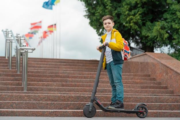 電動スクーターの現代のティーンエイジャー。