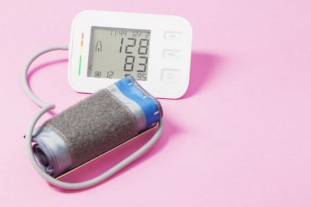 ピンクの表面にモダンな眼圧計
