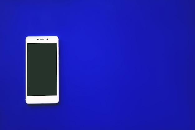 파란색 배경의 현대적인 터치 스크린 전화, 디자인 또는 휴대 전화 모형.